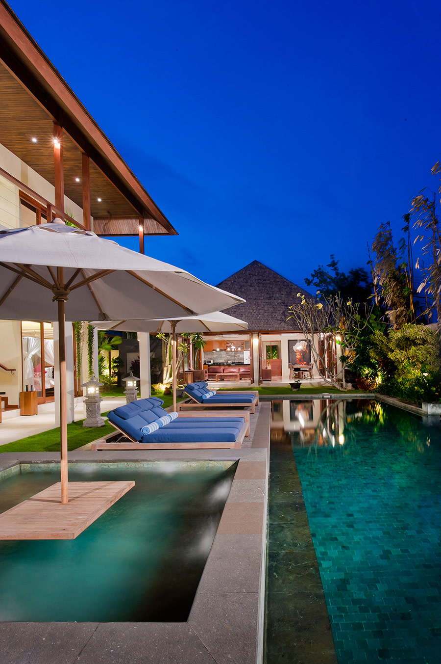 Villa-Joss-Jacuzzi-at-night